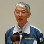 記者団に応じる島崎委員、9月4日撮影