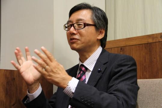 ▲インタビューに応える佐藤県議会議員