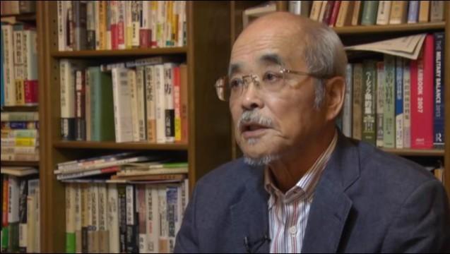 ▲岩上安身のインタビューに応える前田哲男氏