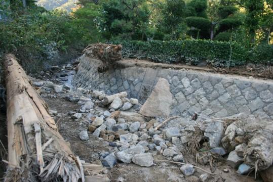 ▲水害で氾濫した川(海士坂地区)