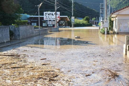 ▲台風で冠水した若狭町別所地区の道路