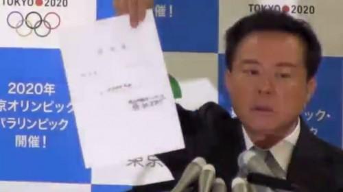 ▲報道陣に対し「借用書」をかざす猪瀬知事