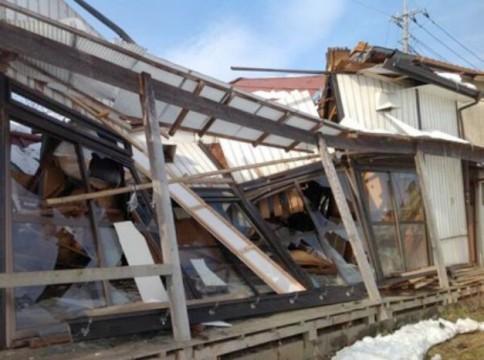 ▲埼玉県坂戸市の保育園が15日土曜日の雪で崩壊