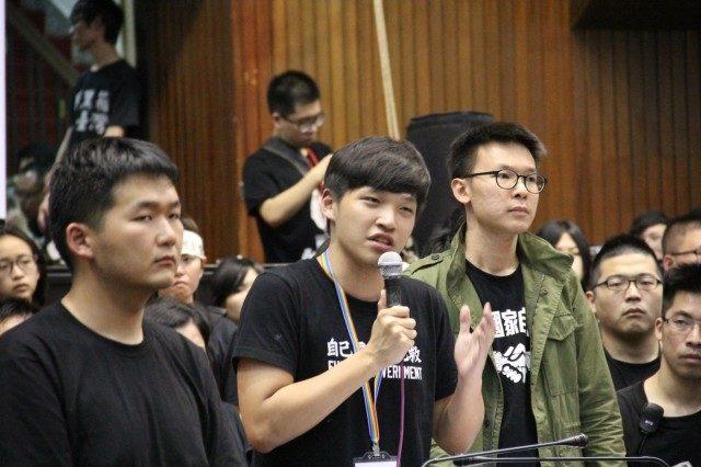 ▲退去にあたって演説する学生リーダー・陳為廷さんと林飛帆さん(右)