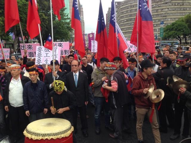 ▲行進開始を待つ労働組合員たち