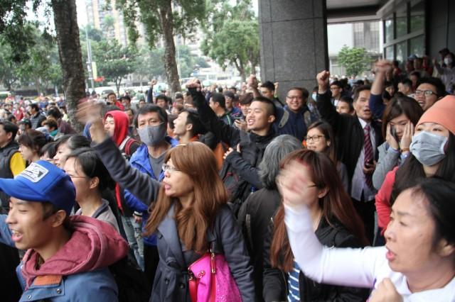 ▲「ヤクザは帰れ!」と抗議し返す学生側の支援者