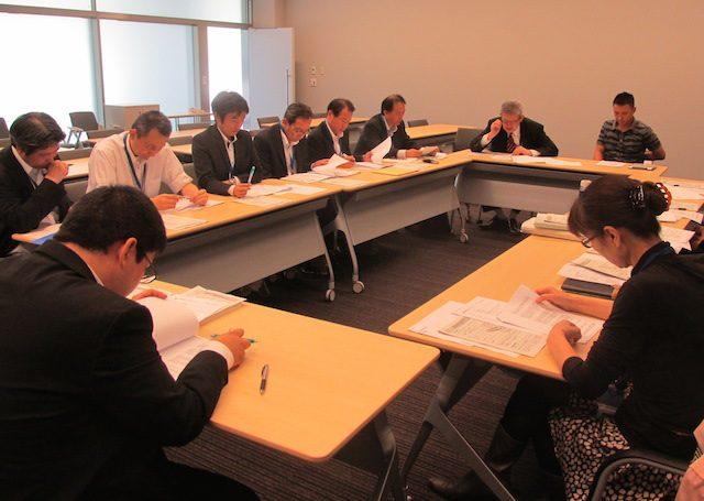 ▲議員レクの模様。中央:山本太郎議員、左:出席した環境省担当者8名