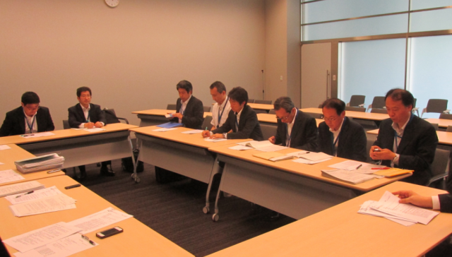 ▲出席した環境省担当者。廃棄物リサイクル対策部の主査、係長、6人の課長補佐、計8名