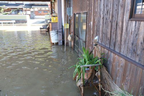 ▲川から氾濫した水で水没した民家(成出地区)