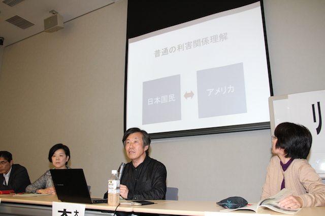 ▲パワポを用いて国内の利害対立の図を説明する大西広慶応大教授