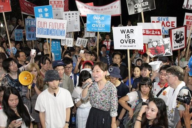 「民主主義ってなんだ」「これだ!」猛暑の国会前で安保法制反対抗議 参加した米国人男性「米国が自衛隊を自分の軍事力にしたいのは明らかだ」