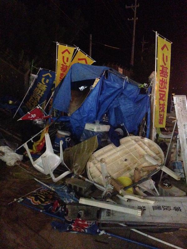 テント内にあった椅子やテーブルが見るも無惨になぎ倒されている