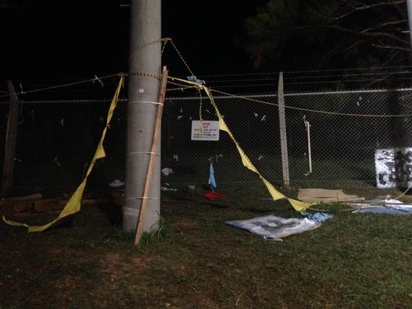 フェンスに張られていた横断幕も切り裂かれた