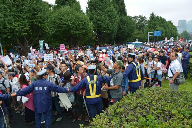 歩道にいた市民が車道に溢れ出し、一斉に国会前を目指した。午後1時40分頃