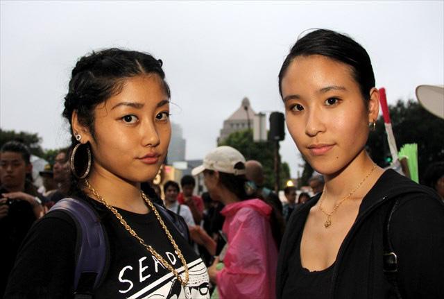 SEALDsのわかこさん(左)、(右)は熊本から駆けつけた「WDW」のせいらさん