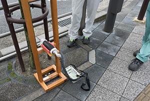 足立区職員立ち会いのもとで行われる、足立区の放射性物質の計測と除染の模様
