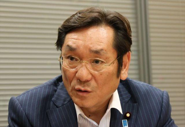 ▲岩上安身のインタビューに応じる松木謙公議員