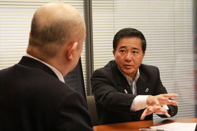 ▲岩上安身のインタビューに応じる民主党の長島昭久衆議院議員