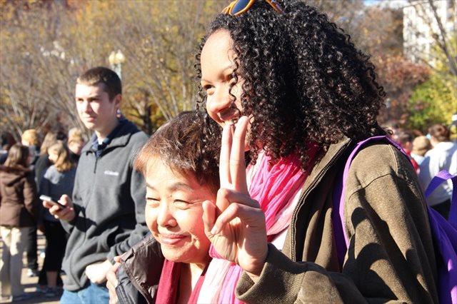 ▲現地時間11月20日 高里鈴代氏(左)、ホワイトハウス前、現地米国市民女性と。