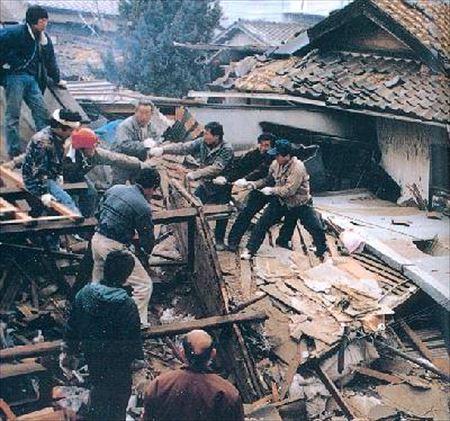 ▲阪神淡路大震災のただなかで助け合う人々