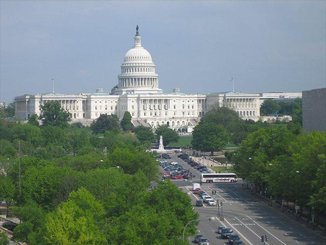 ▲国会議事堂(=キャピトルCapitol)を囲む一帯の地域は、キャピトル・ヒルCapitol Hillと呼ばれる。=写真1=<※写真はウィキコモンズより引用>
