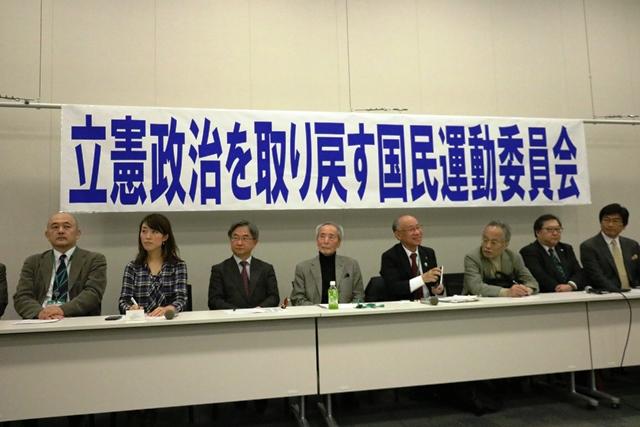 ▲「立憲政治を取り戻す国民運動委員会」から10人の世話人が会見に臨んだ