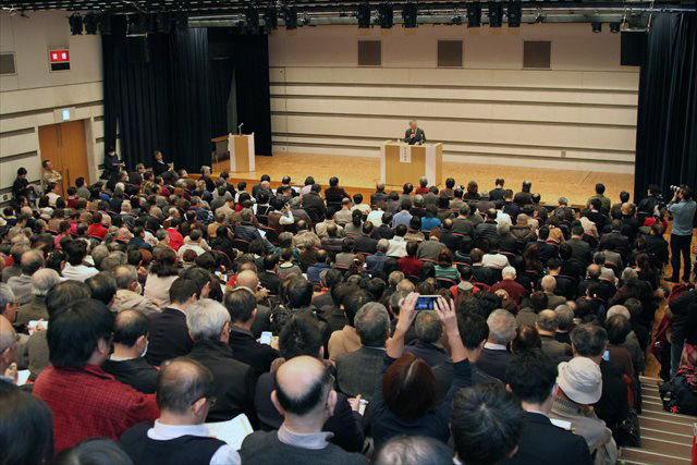 ▲満席となった全電通労働会館多目的ホール、立ち見の参加者も
