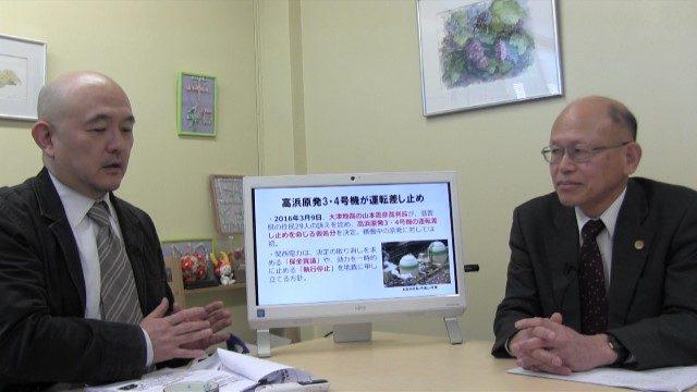 ▲岩上安身(左)のインタビューに答える井戸謙一弁護士(右)