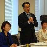 ▲「保育園落ちた日本死ね」ブログを国会で取り上げた山尾志桜里議員(左)