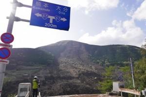 ▲16日の地震で発生した熊本県南阿蘇村の大規模な土砂崩れと崩壊した阿蘇大橋(写真:wikimedia commonsより)