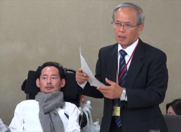 ▲岡部宏生氏(左)と金澤公明氏(右)(2013年11月1日、厚労省で)