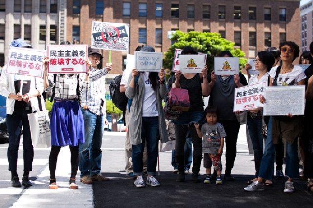 ▲神奈川県庁に集まり声をあげた抗議する市民たち