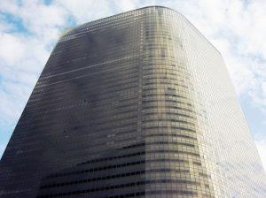 ▲東京都東新橋にそびえ立つ電通本社ビル