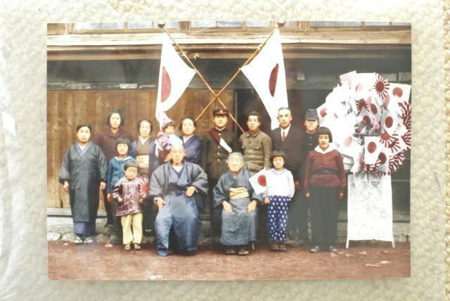 ▲後列真ん中に立っている学生服の男性が、学徒出陣時の富岡幸雄氏(当時大学2年生)