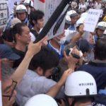▲抗議する市民に囲まれたデモは身動きが取れないでいた