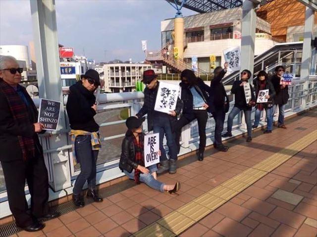 ▲2月28日、海老名駅前の自由通路で行なわれたマネキンフラッシュモブ