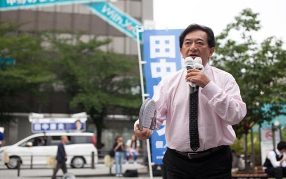 ▲中野駅前で街頭演説をする田中康夫候補