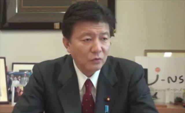 ▲岩上安身のインタビューに答える新藤義孝衆議院議員