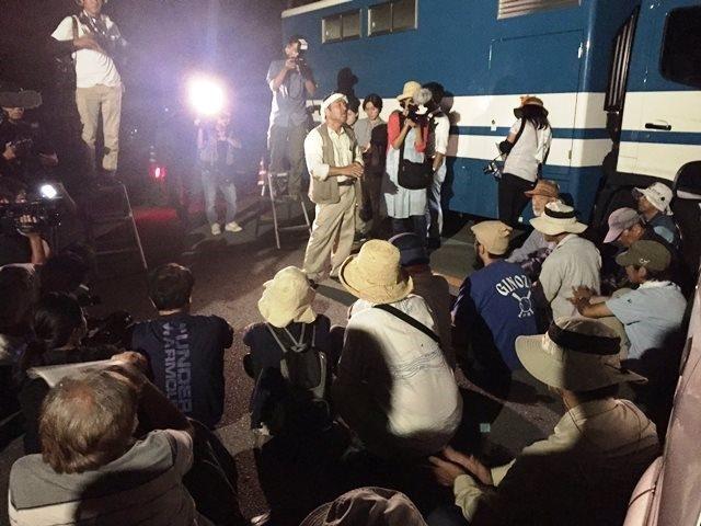 ▲午前3時30分すぎから徹夜の抗議集会が始まった