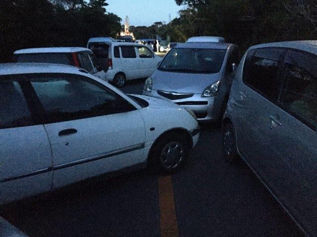 ▲市民の車両を「ハの字」に停車して道路封鎖の列に厚みをもたせた