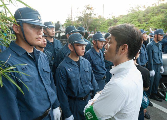▲AM6:21 南側からゲート前に近づけない弁護士が機動隊に抗議する。