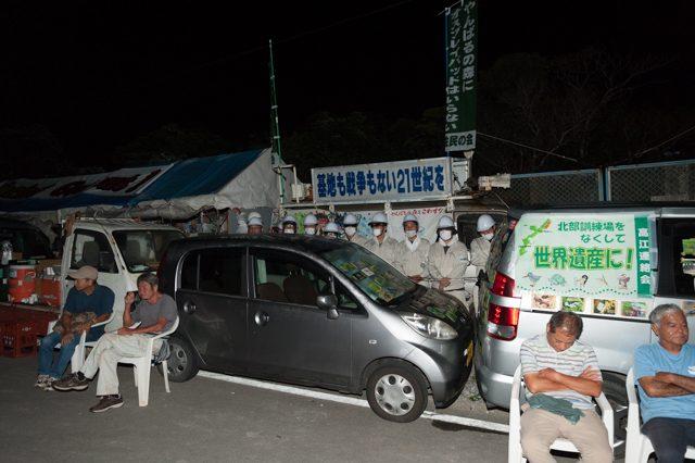 ▲AM3:53 N1ゲート前。暗闇の中、沖縄防衛局の職員が無言で居並ぶ。