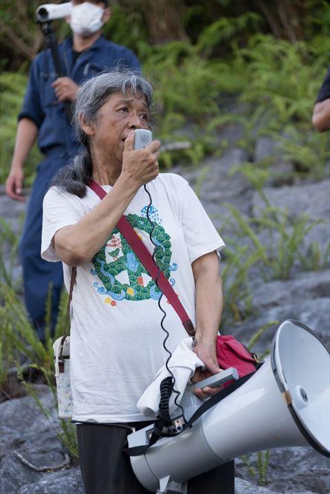 ▲AM7:00 トラメガで、車を動かす機動隊員らに語りかけ続ける女性。