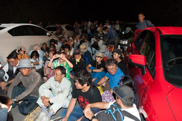 ▲AM4:03 N1ゲート北側。市民らは道路に車を並べ、車と車の間の狭い空間に座り込んで機動隊を待ち構える。