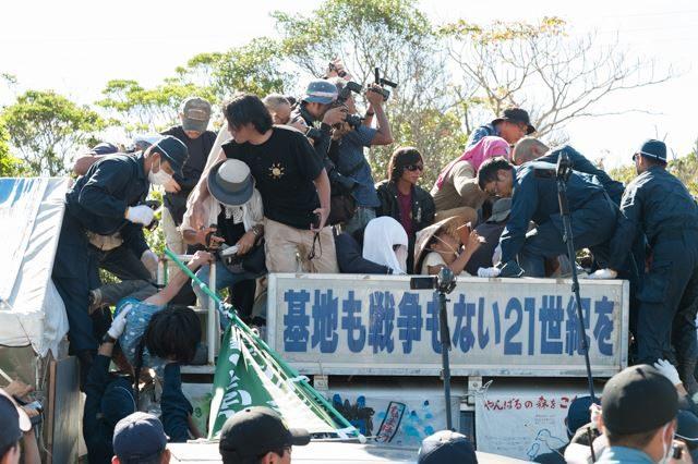 ▲AM8:59 ゲート前に停められていた車の上で最後まで抵抗していた人たちに、機動隊が襲いかかる。左端の青い服の女性は、頭から逆さまに引き摺り下ろされた