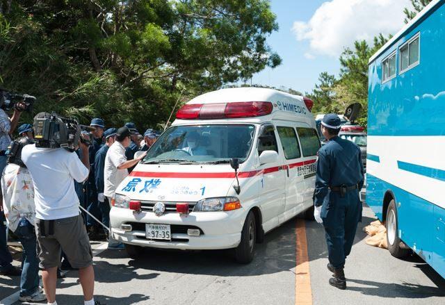 ▲AM10:16 3台目の救急車が到着した。激しいもみ合いの中で一人の女性の首が締まり、それを見た別の女性がショックで倒れ、一人の男性は複数箇所の傷を負った。