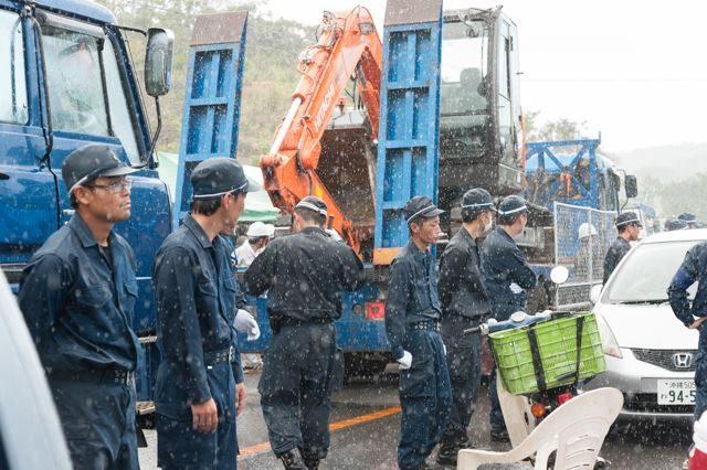 ▲PM12:38 市民らが撤退した後、激しいスコールが高江を襲った。そんな中、待ち構えていた重機・建設資材が次々に運び込まれてゆく。