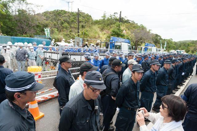 ▲PM12:51 あっという間にフェンスが作られ工事が始まる。ゲート前は機動隊によって制圧された。