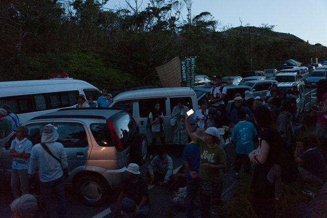 ▲AM5:25 ゲート南側。車を斜めに停め、その間に人が座る。より排除されにくい作戦が取られる。