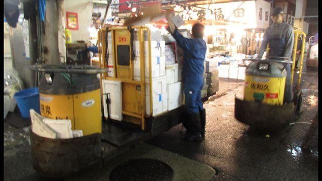 ▲積載中のターレー(左)。積み荷を含める重量は1トンを優に超える。